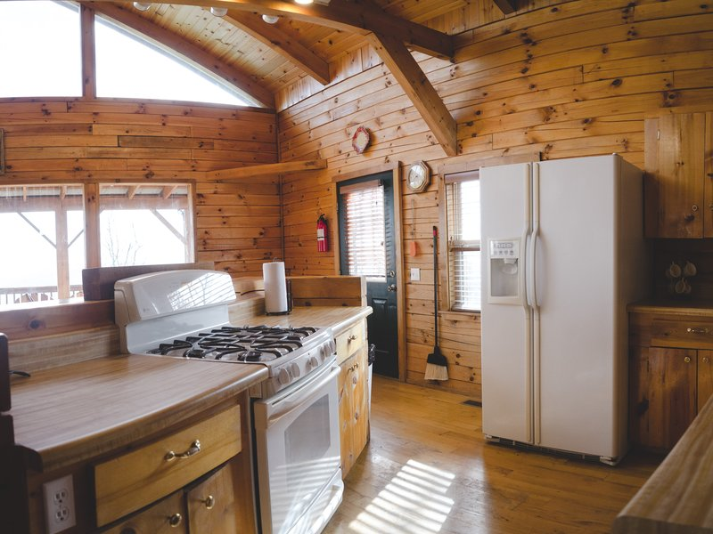 Compton Mountain Cabin's fully equipped kitchen.