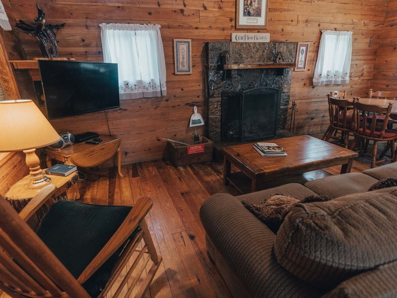 The cozy living / dining area of the Songbird Cabin