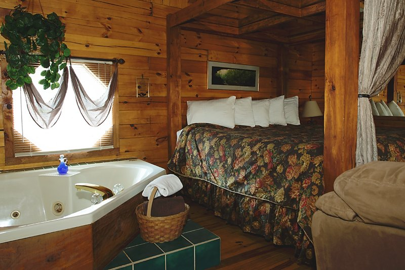 The jaccuzi for two in the Valley Dream cabin